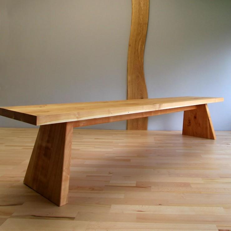 Bank MARTHA wird durch und durch aus Massivholz gefertigt, hier aus ausdrucksstarkem Kirschbaum.