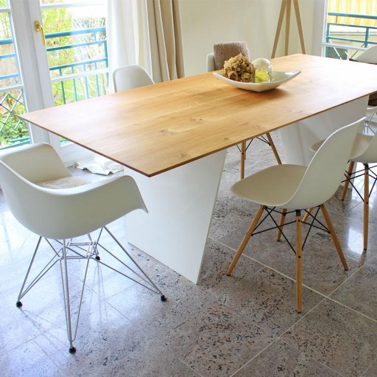 Dieser Esstisch MARTHA wurde aus Eiche gefertigt und ergibt mit dem weißen Tischuntergestell (hier aus Stahl) einen toller Mittelpunkt im Esszimmer.