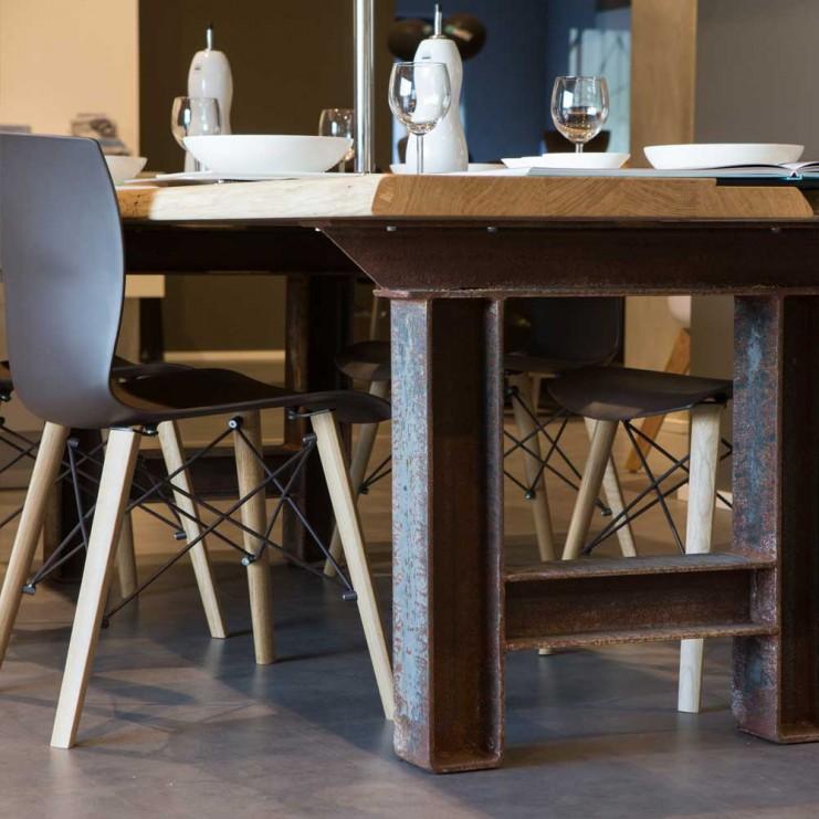 Edel und formstabil präsentiert sich der hochwertige Esstisch Marit. Die zwei Holzteile der Tischplatte werden von einem trendigen Stahlgestell gehalten.