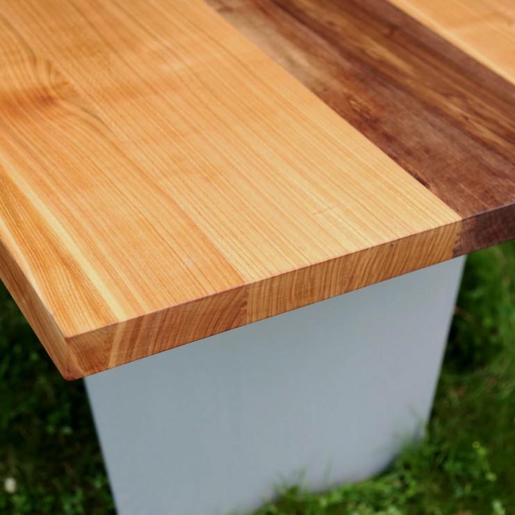 Eckige Tischplatte aus edlem Kirschbaum in Kombination mit Nussbaum in der Mitte.