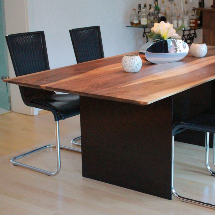 Die Massivität der Tischplatte mit einer Dicke von 4,5 Zentimetern wirkt durch die Form der Schweizer Kante nahezu leicht.
