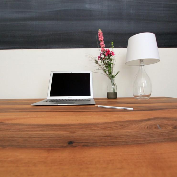 Herzlich Willkommen an Ihrem neuen Tisch aus Nussbaum!